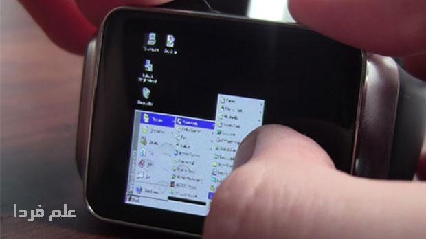 Corbin Davenport در حال کار کردن با ویندوز 95 روی ساعت هوشمند اندرویدی Gear Live