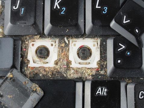 تجمع خرده زباله زیر دکمه های کیبورد لپ تاپ