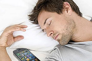 خوابیدن کنار گوشی موبایل چه عواقبی دارد ؟