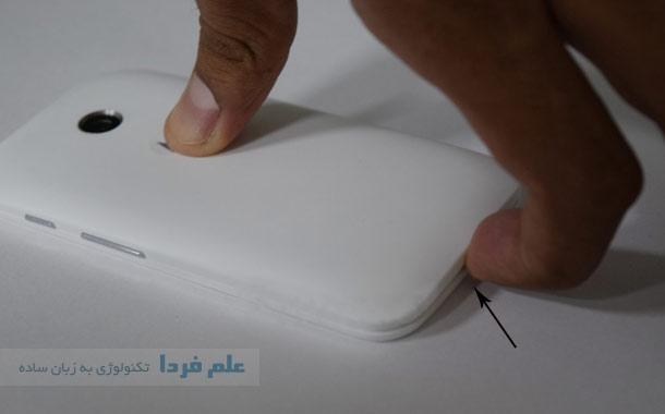 باز کردن کاور پشت گوشی با دست