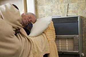 خوابیدن کنار بخاری در شب